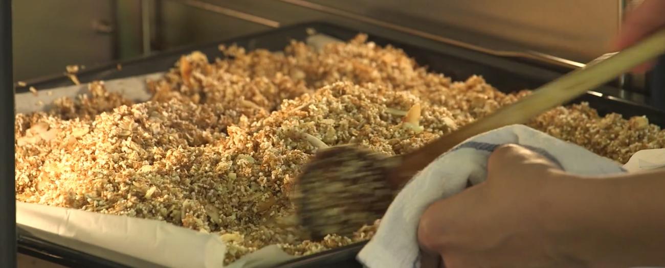 Mandulás-kókuszos házi granola zabtejszínes málnaöntettel