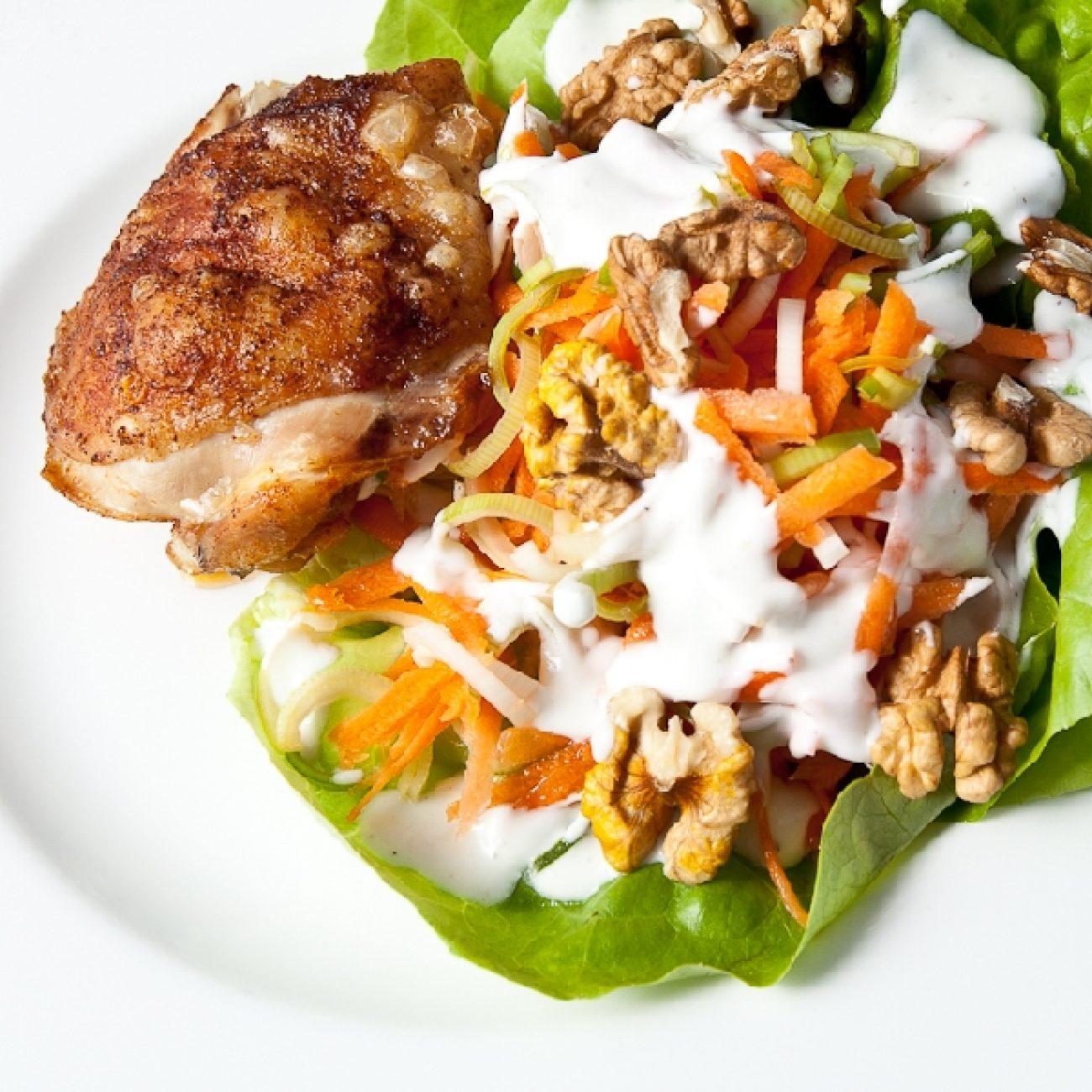 Póréhagymás sárgarépa saláta sült csirkecombbal