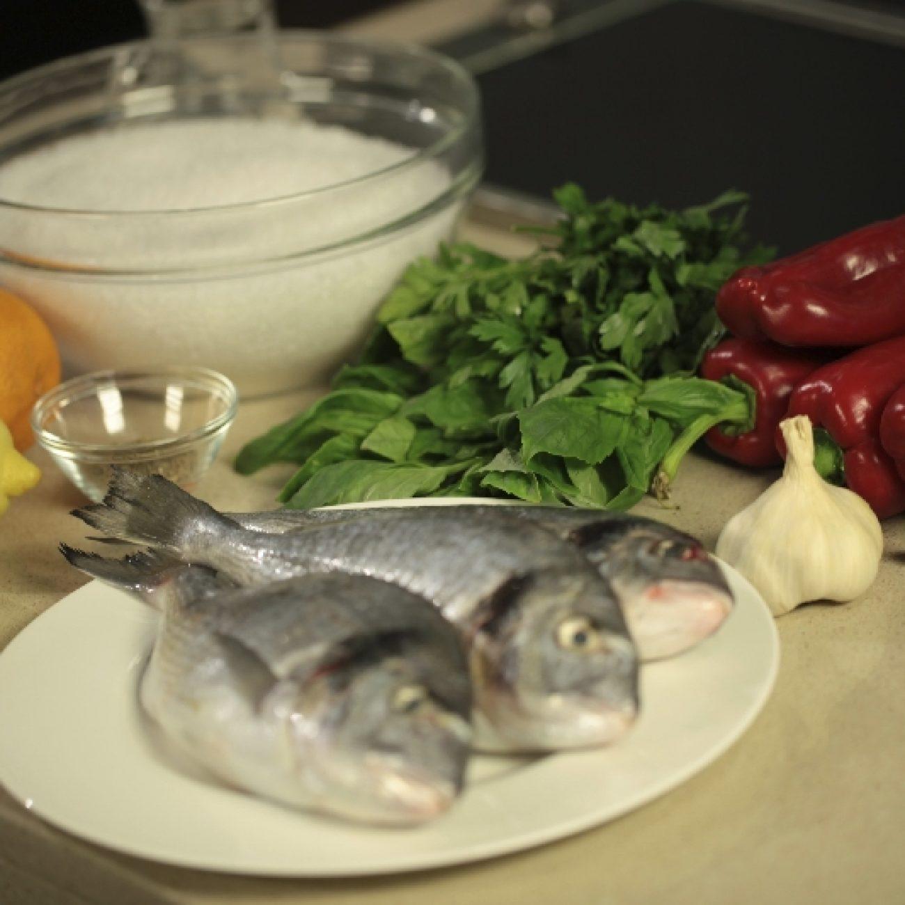 Sókéregben sütött hal sült paprikasalátával