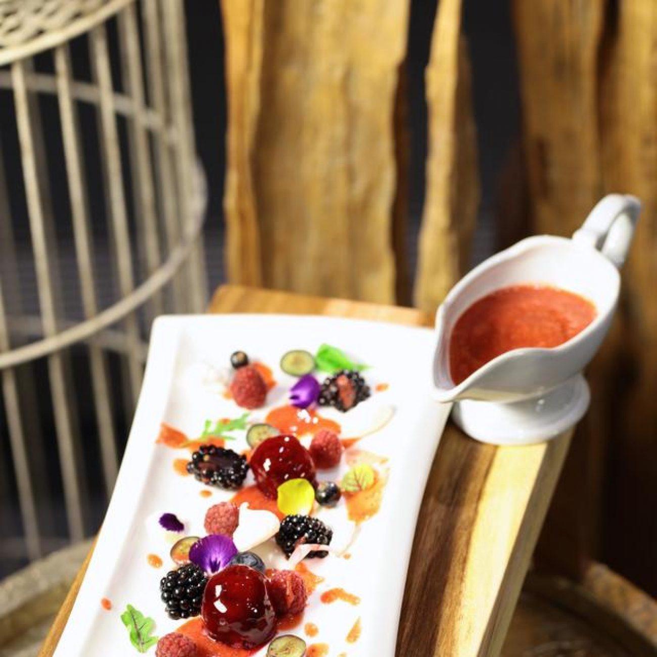 Édes gorgonzolagolyó bogyós gyümölcsökkel