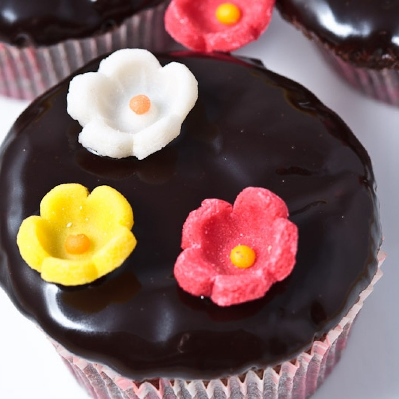 Csokis muffin cukorvirágokkal