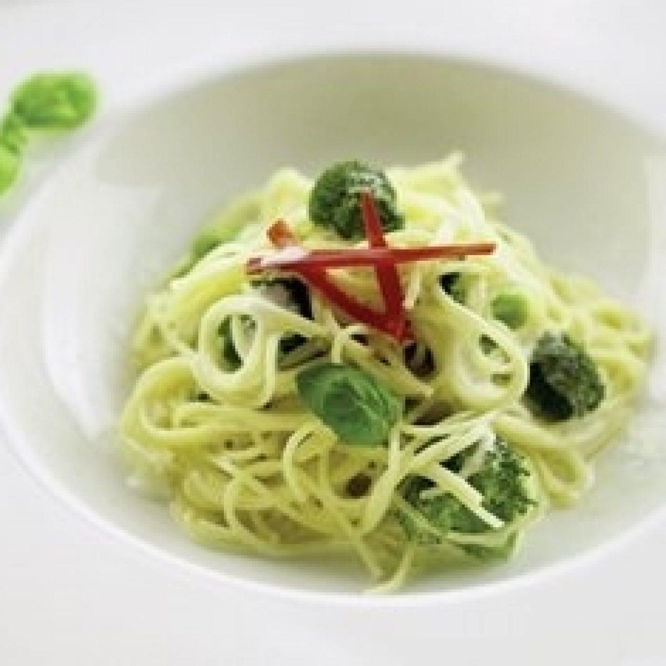 Brokkolis spagetti gorgonzola-bazsalikom szósszal