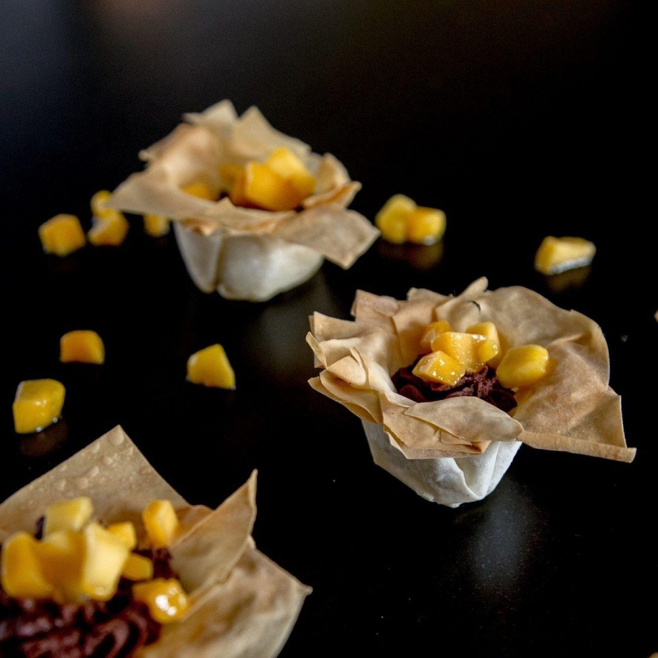 Mangós csokikrém ropogós kosárkákban